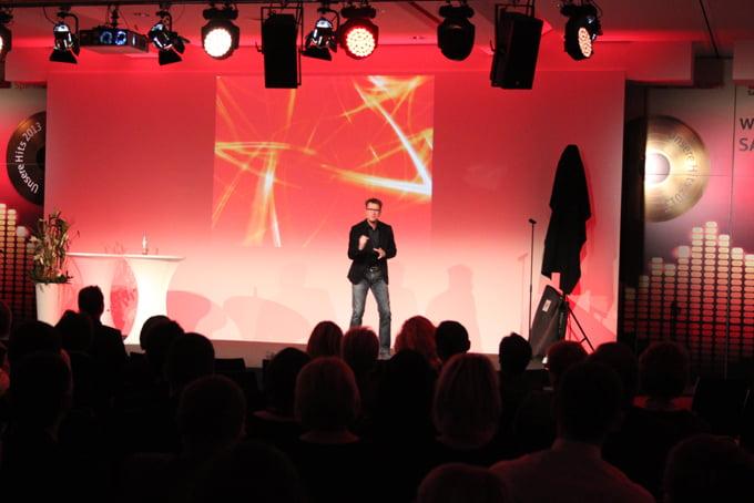 Richard op het podium spreken over de toekomst